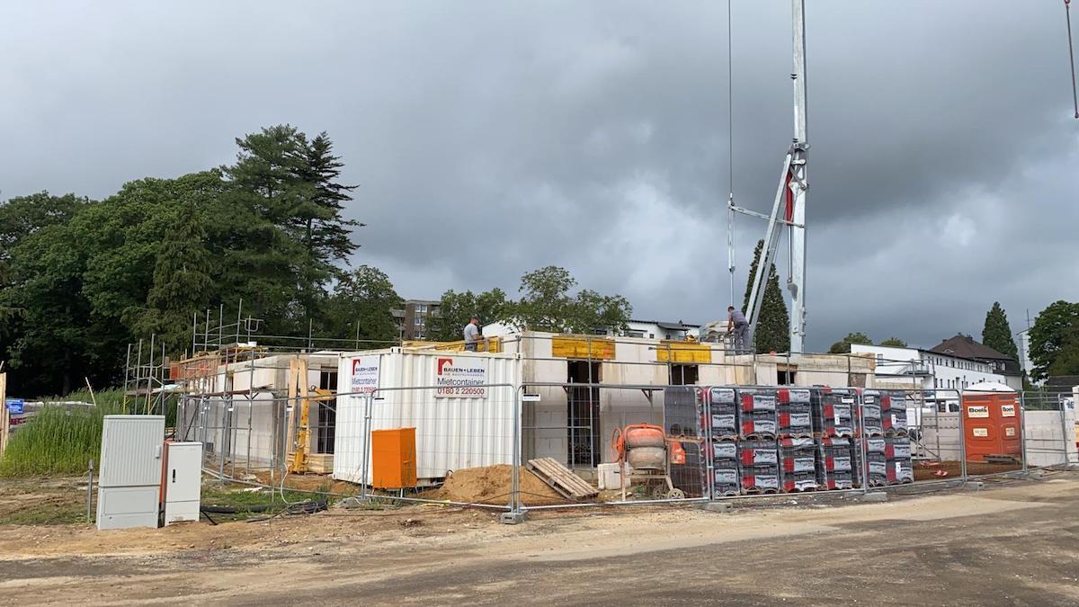 Bau der Flachdach-Bungalows im Burgfeld